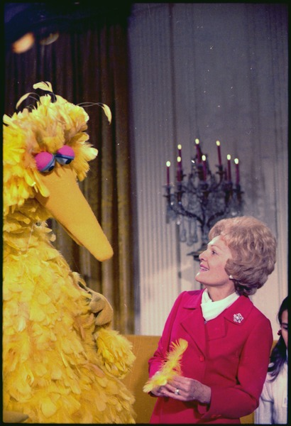 Mrs._Nixon_meeting_with_Big_Bird_from_Sesame_Street_in_the_White_House._-_NARA_-_194339